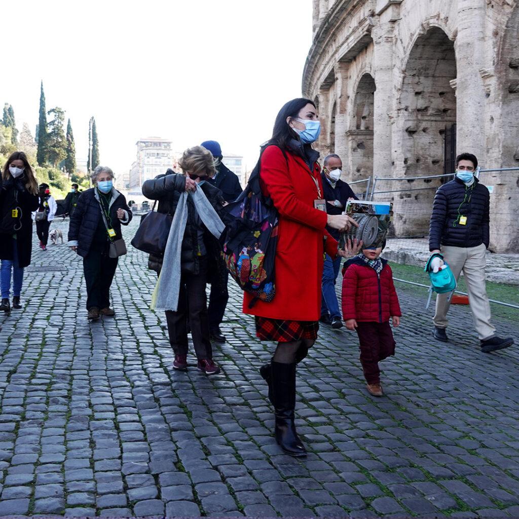 visita guidata passeggiando accanto al Colosseo