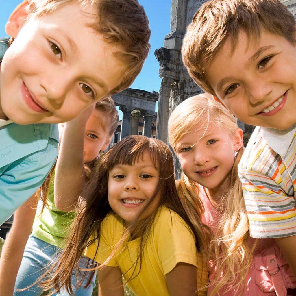 gruppo di bambini mentre visitano il Foro Romano